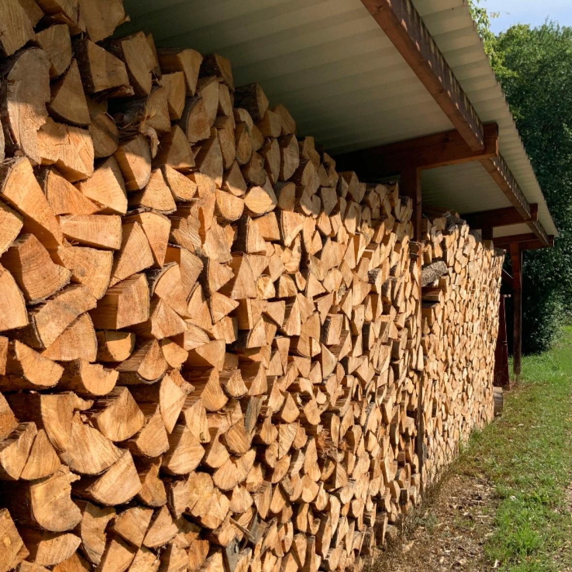 Holzlager im Freien