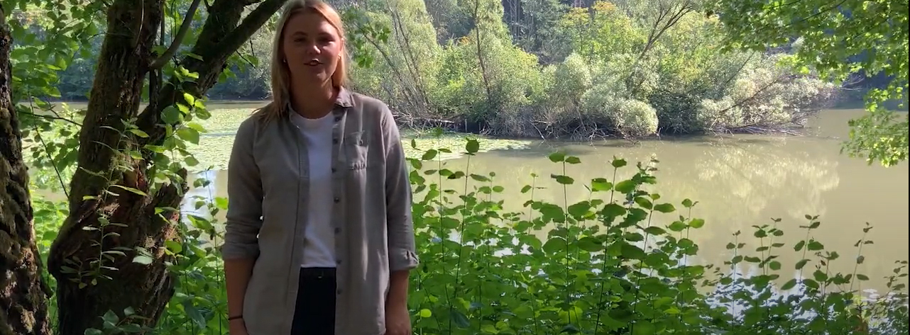 Elena Schmidtmeyer vor See in Wald